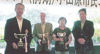 左から優勝した山口さん、勝目さん、渡辺さんと大野会長
