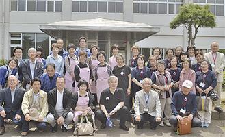 清水清常務理事(前列右から3人目)を中心に、左が小田原、右が釜石の社協と赤十字奉仕団員=釜石市民交流センター