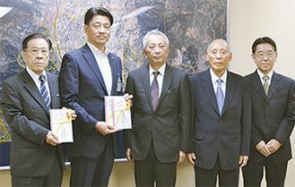 左から酒匂会長、加藤市長、萩原組合長、原田理事長、倉科事務局長