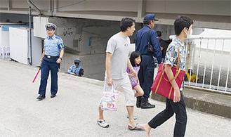 警察官、消防職員らの誘導で高台へ避難