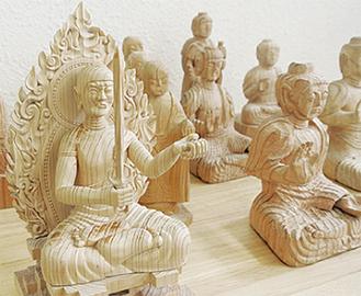いろいろな仏像を彫っていく