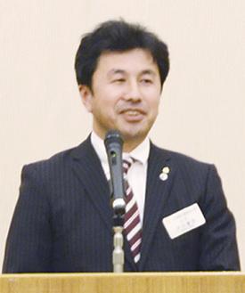 あいさつに立つ大川会長