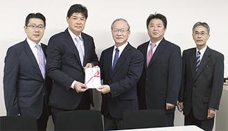 写真左から小澤顧問、加藤雅之取締役、小野社協会長、加藤敏夫取締役、橋本敏治管理部長