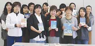 吉富さん(前列中央)と図書ボランティアの面々