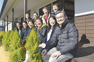 報徳の森プロジェクトが寄贈した檜を使ったデッキで、相馬と小田原両市民が記念撮影