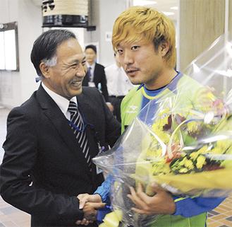 古林選手(右)を小学生時代に指導した松本さん