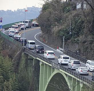 平日でも長い渋滞が続く