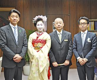 加藤市長(左)と関係者ら