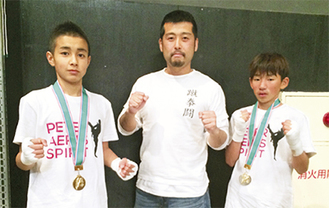 左から小泉君、飯山代表、鈴木君