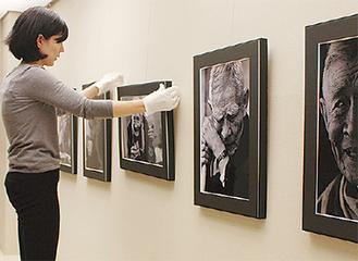 展示の架け替えを行う学芸員の中村暢子(のぶこ)さん