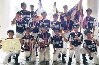 優勝旗を掲げる東富水の選手たち