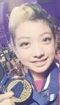 金メダルを手に笑顔の田中さん