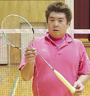 贈られたラケットで練習する村越さん