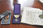 当時のまま残る軍人手帳と勲章