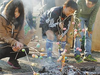 団子を焼くのが子ども達の楽しみ
