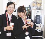 菅原さん(左)と山崎さんが、ネスカフェでおもてなし