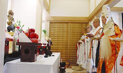 像の前に式台を設え奉安祈願が行われた