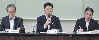 芸文センターの整備推進を発表する加藤市長(中央)