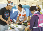 ボランティアの人たちと炊き出しの準備