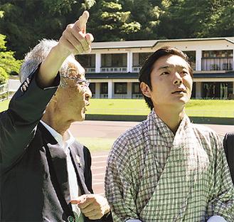 視察したワンチュク会長(右)