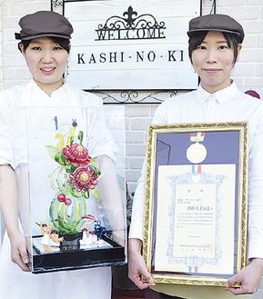 渡邉さん(左)の作品は夏の間店内に展示中