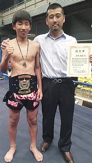 チャンピオンベルトを巻く鈴木君と飯山代表