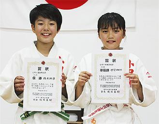 賞状を手に橋本さん(左)と伊與田さん