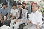 蟷螂山保存會の本井元康さん(右)を囲んで