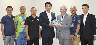 小倉COO(右から3人目)らが加藤市長に小田原セントラルをPRした