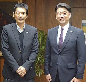 昨年10月、講演で小田原を訪れた平尾氏(左)
