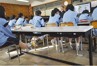 寄贈された机で学ぶ鴨宮中の生徒たち