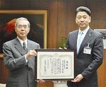 増田理事長(左)へ感謝状が贈られた