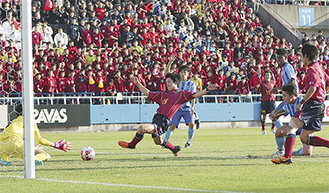 延長後半、相手ゴールに迫った川本大夢君(2年)  =三ツ沢球技場