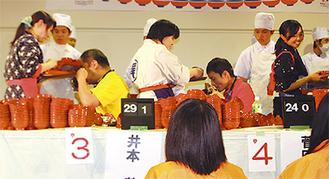 4連覇を達成した井本さん(左)