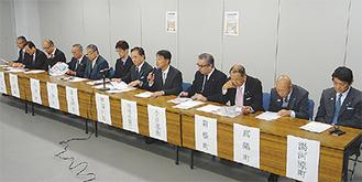 揃って会見する知事と首長、横浜銀行の望月副頭取