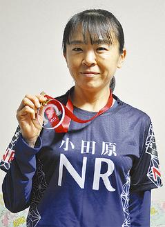 メダルを手に笑顔の船津さん