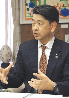 インタビューに答える加藤市長