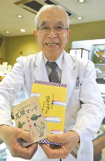 瓦版マップと、誕生100年を迎えた「コケッコー」を手にする松坂屋の越川俊雄さん