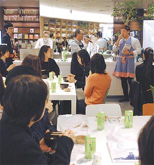 『ブラタモリ』を手に小田原の魅力を語る河上選手(右)と櫻井さん