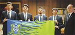 左から伊藤選手、加藤市長、安東選手、下田選手、クラブ関係者
