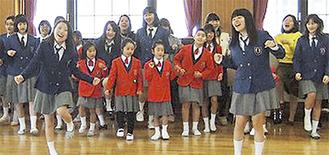 歌声を披露する合唱隊