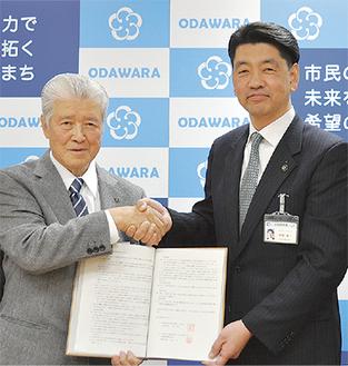 締結式に出席した高橋会長(左)と加藤市長