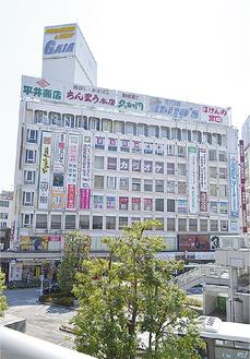 複数の店舗が入る小田原駅前ビル