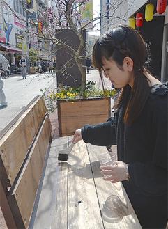 11基のベンチを塗り替え=4月2日・錦通り