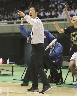 得点を喜ぶ松澤ヘッドコーチ(決勝戦にて)