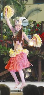 弾ける笑顔と大きな声で、ファンから「元気印」と人気を呼ぶ駒井さん=3月31日・スパリゾートハワイアンズ