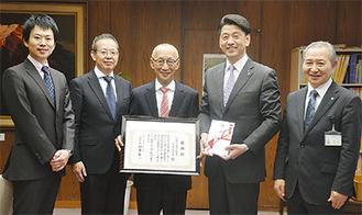 左から原さん、川瀬さん、槇原さん、加藤市長、栢沼行雄教育長