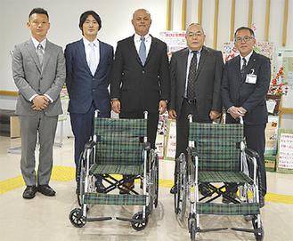 吉田晴行支部長(中央)と選手2人が訪問