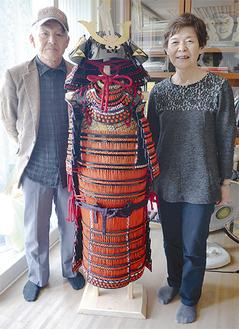 合田さんの甲冑(中央)を製作した上原さん(左)と、烏帽子を縫った加藤さん(右)