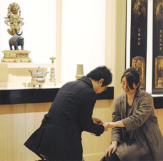 摩利支天像に見守られてプロポーズ成功